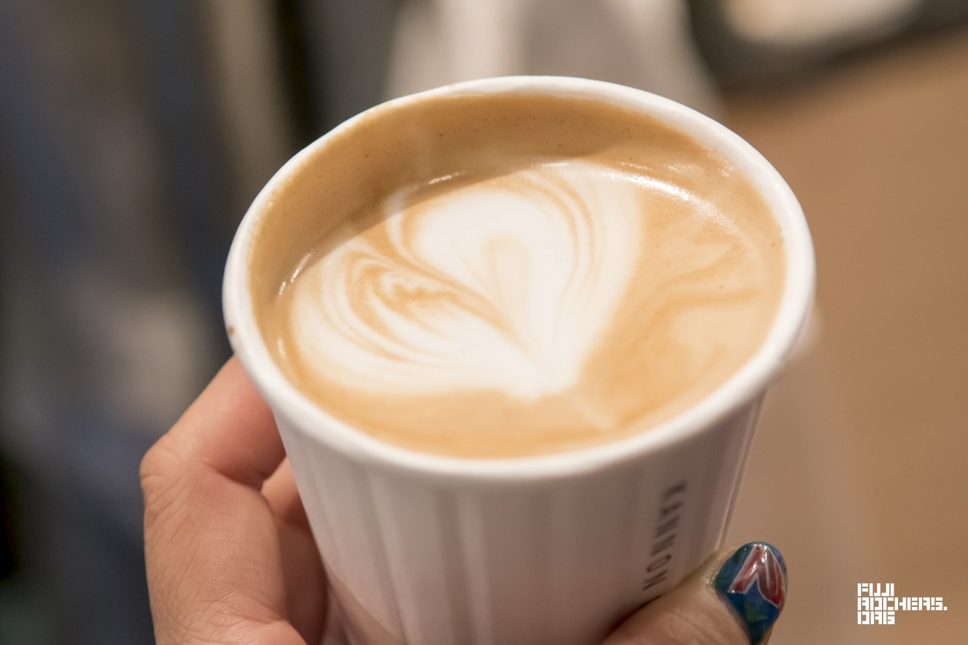 忙しくても手を抜かない、ハートがポイントのカフェラテ