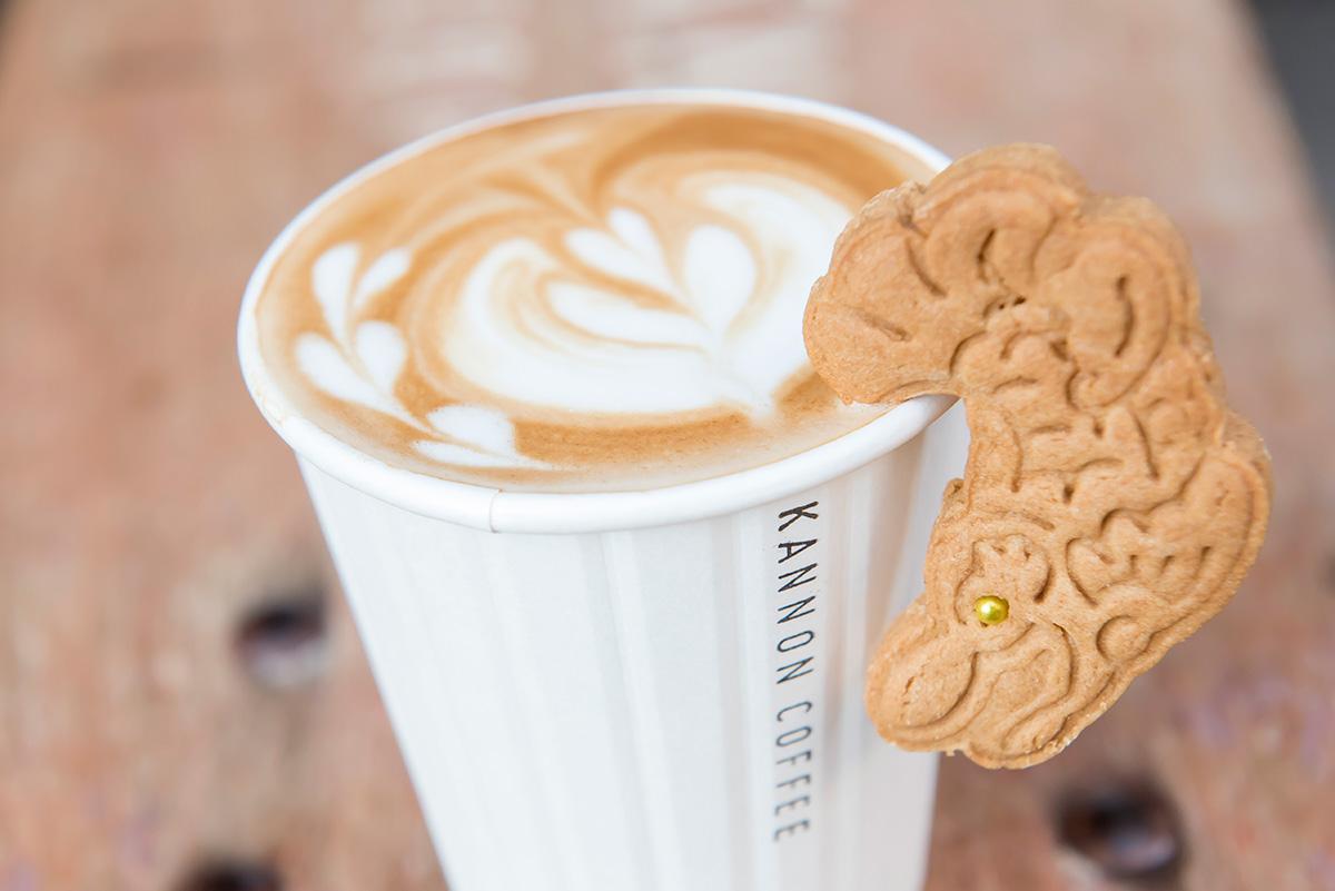 お店でもフジロックと同じカフェラテアートに、しゃちほこのクッキーをトッピングしてみました