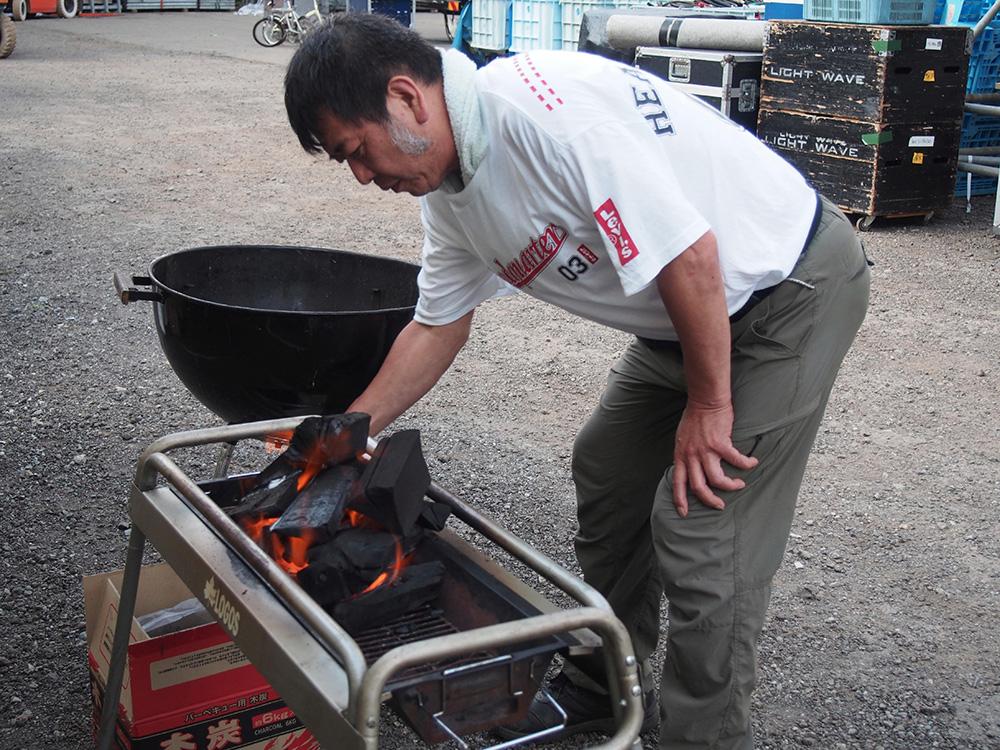 舞台監督親玉、AU 岡田さんが Clair BBQ 大会の火おこしを!