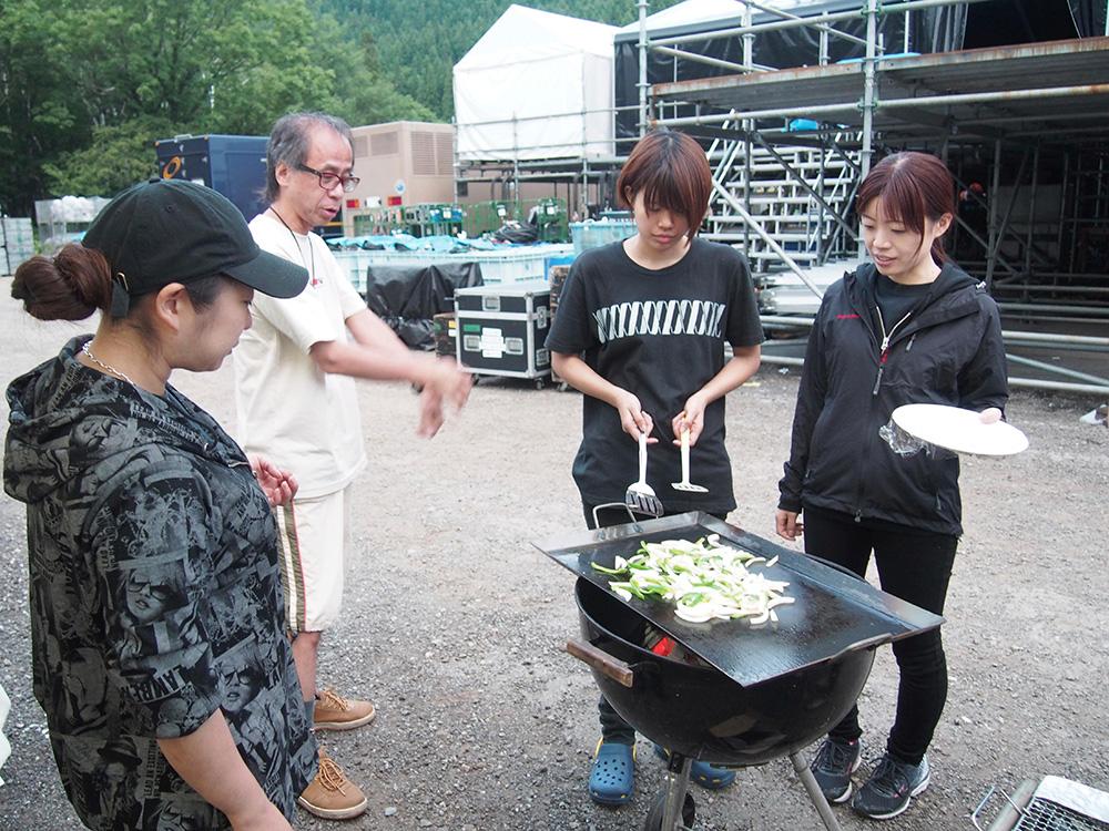 音響チームの綺麗どころに混じった西村氏。