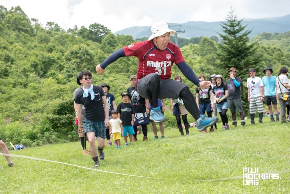 写真は2016年のFUJIROCK EXPRESSの記事のもの。ファジアーノ岡山のユニフォームを来て大縄跳びをする藤井氏の姿が!(Photo by 安江正実)