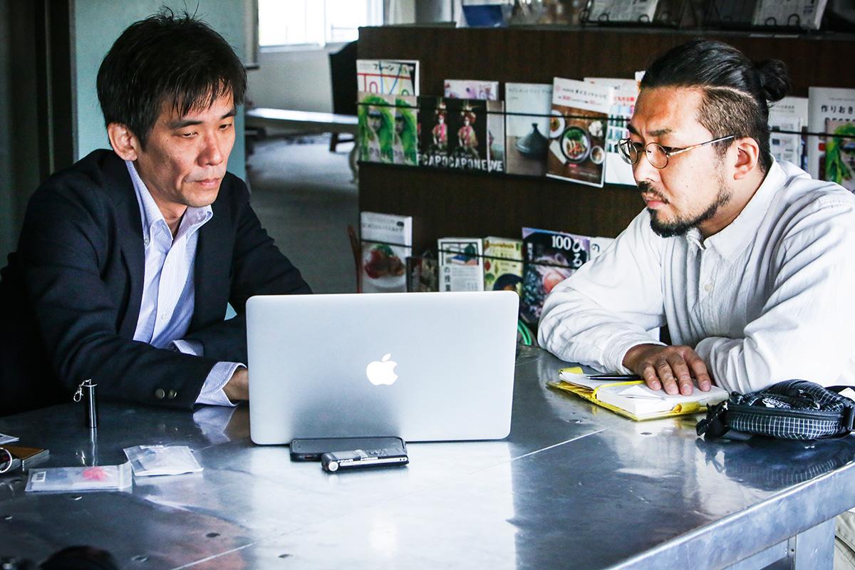 ▲音による聴覚へのダメージについて説明する上田さんと筆者