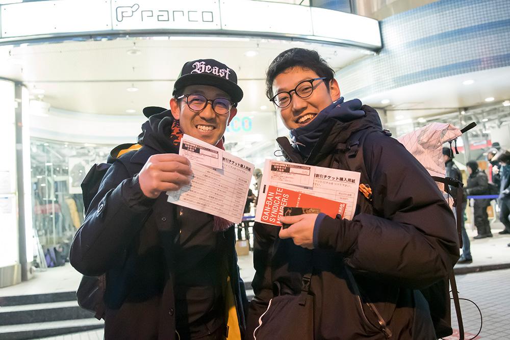 オススメの防寒対策でご紹介したお二人。整理券を手にして、この笑顔!