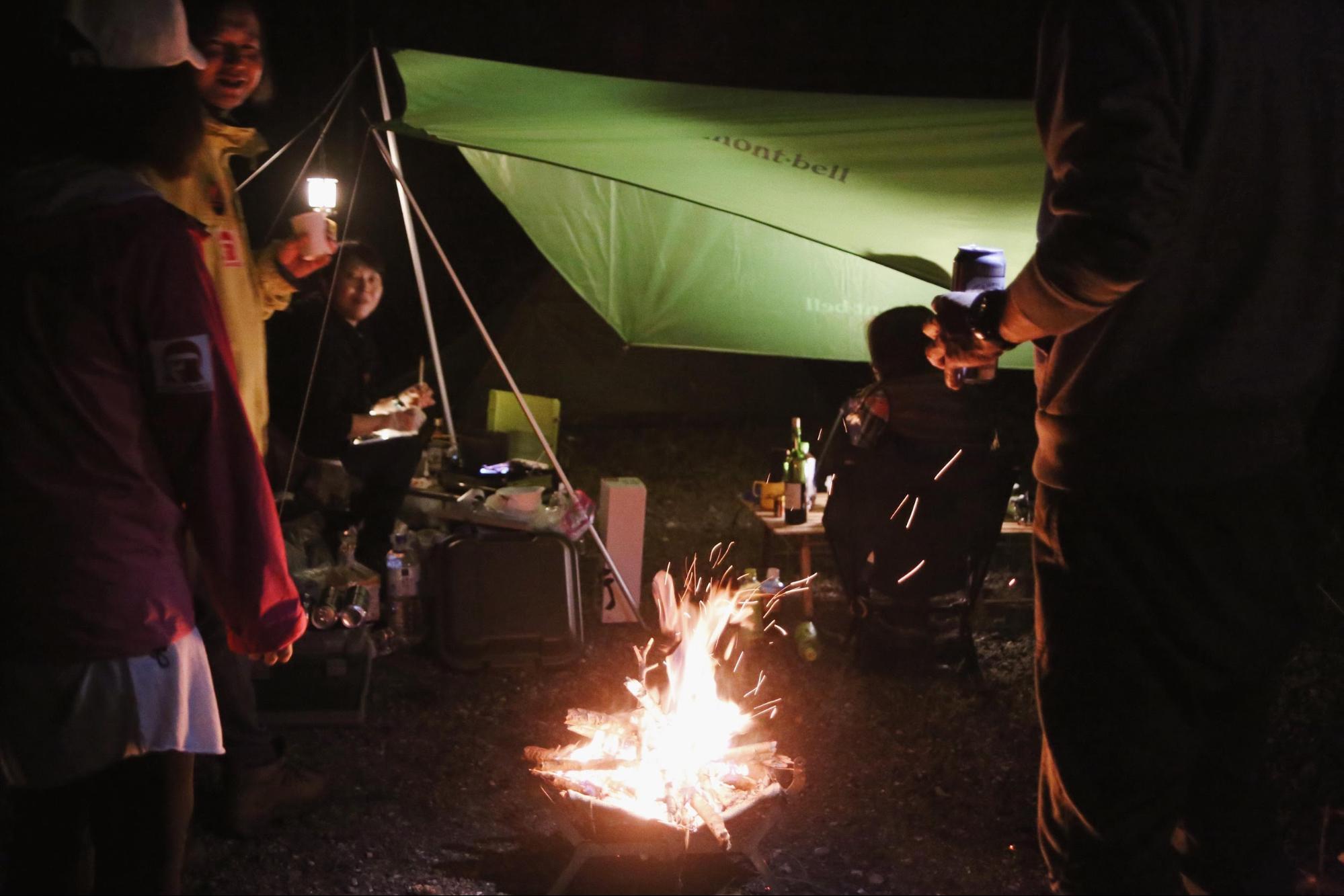焚き火を囲んで飲み明かすのもキャンプの醍醐味 Photo by Riho Kamimura