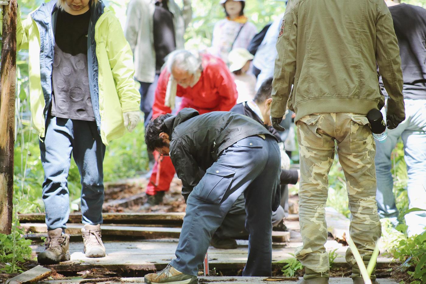 道具を使いながら、木材を剥がしていきます Photo by Riho Kamimura