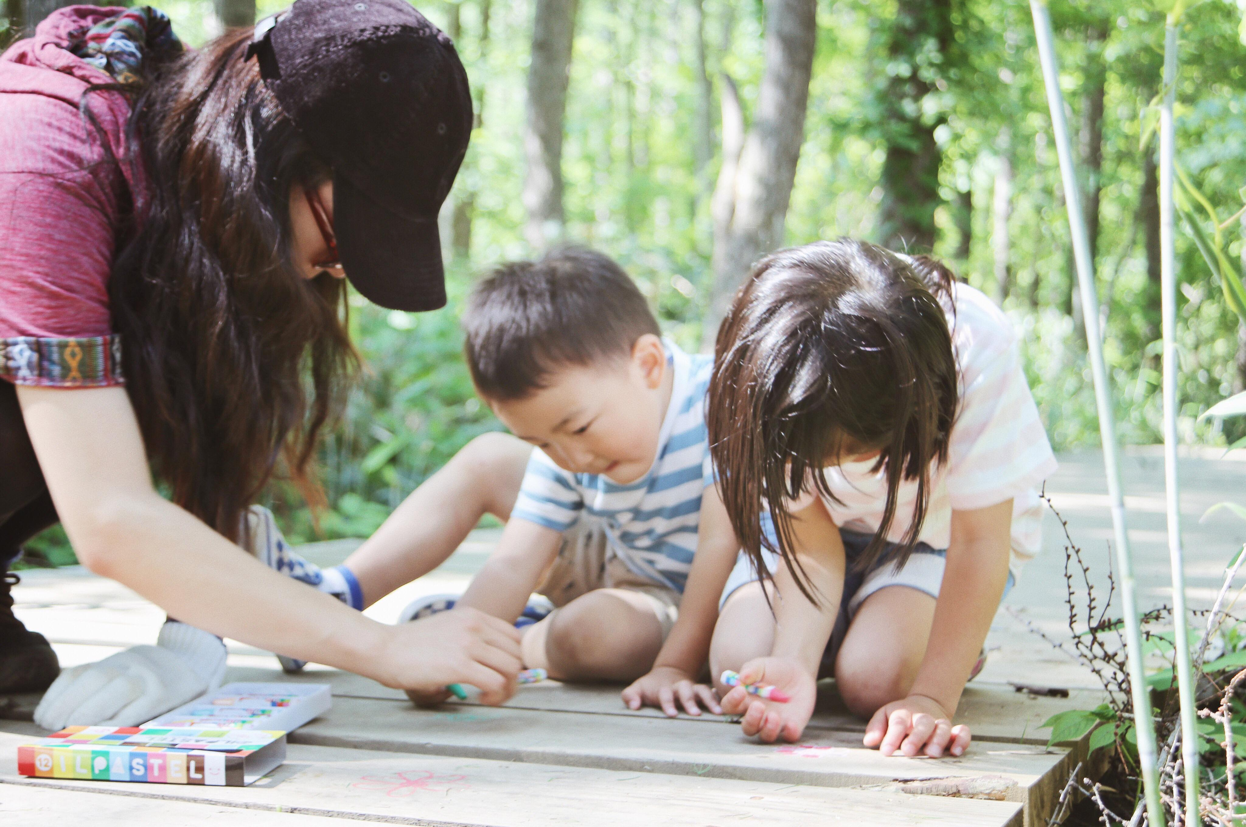 一生懸命に書き込みをする子どもたち Photo by Riho Kamimura