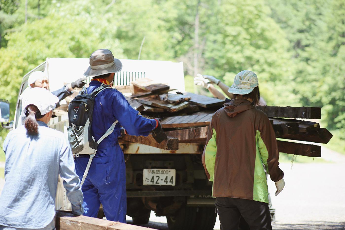 木材が落ちないようにトラックへと積み込みます Photo by Riho Kamimura
