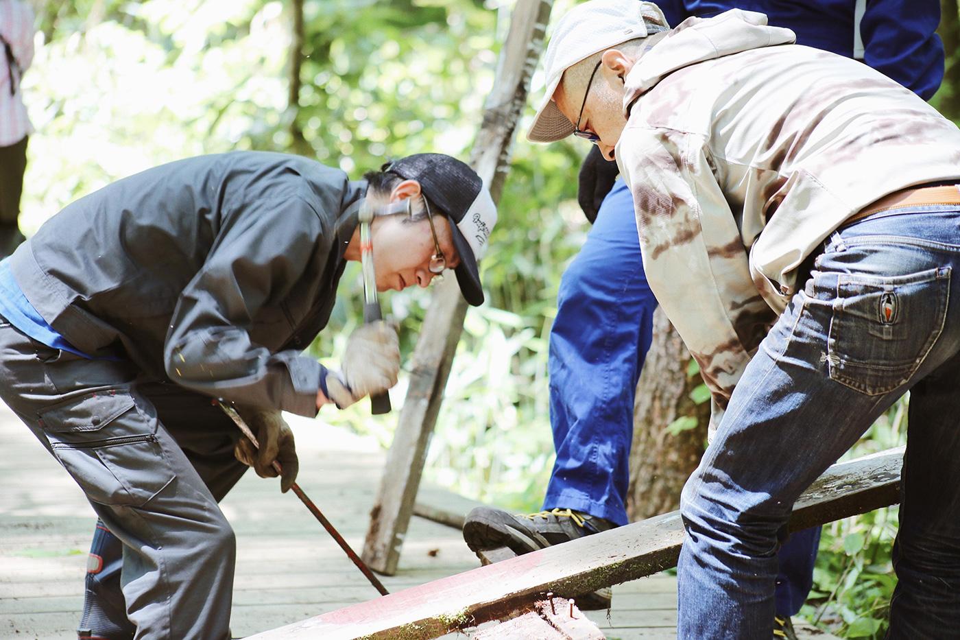 木材を剥がしたら、トラックの待つ場所まで運びます Photo by Riho Kamimura