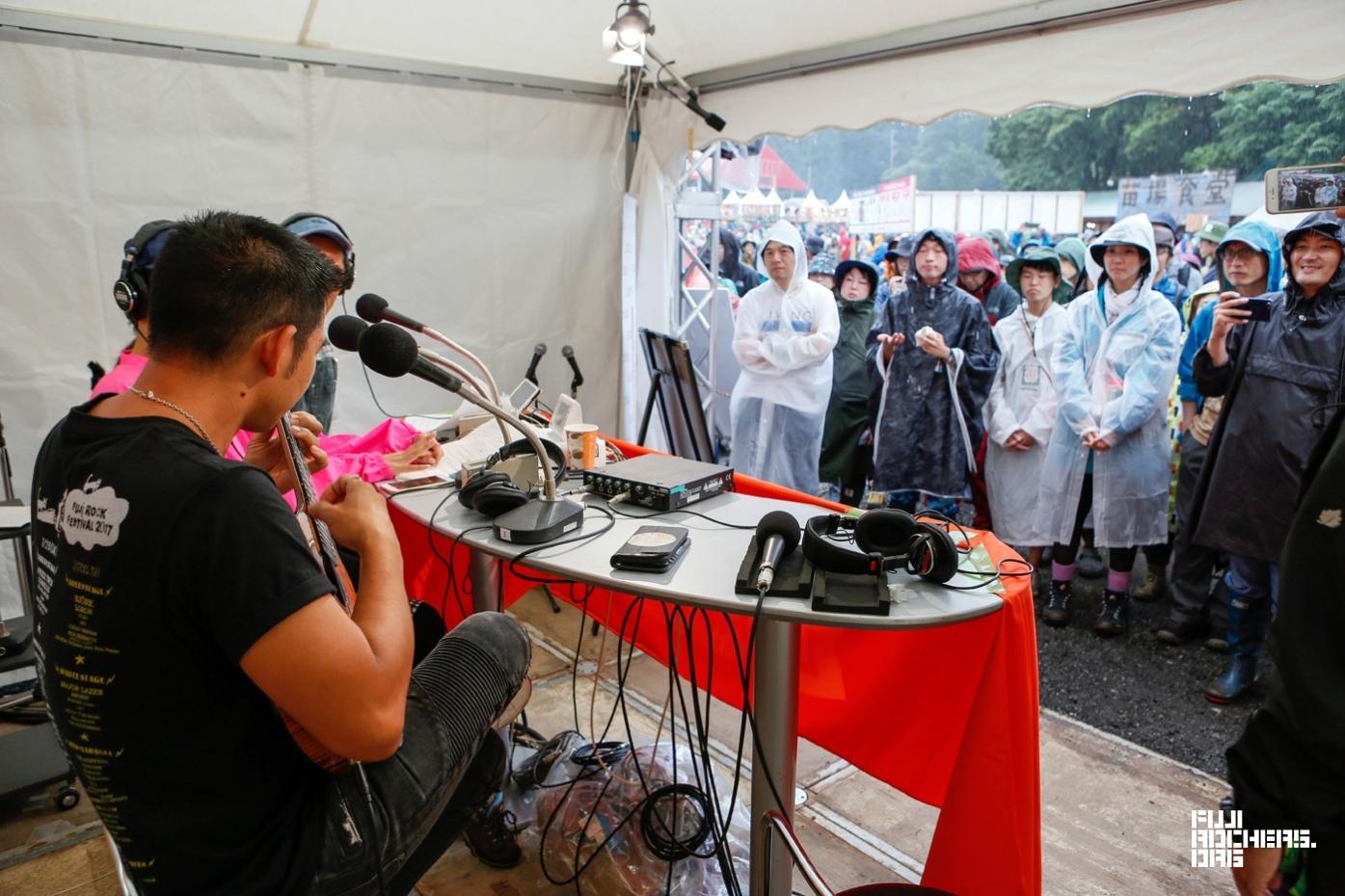 2017年のフジロック 雨の中、ジェイクシマブクロをゲストに公開収録 | Photo by 古川喜隆