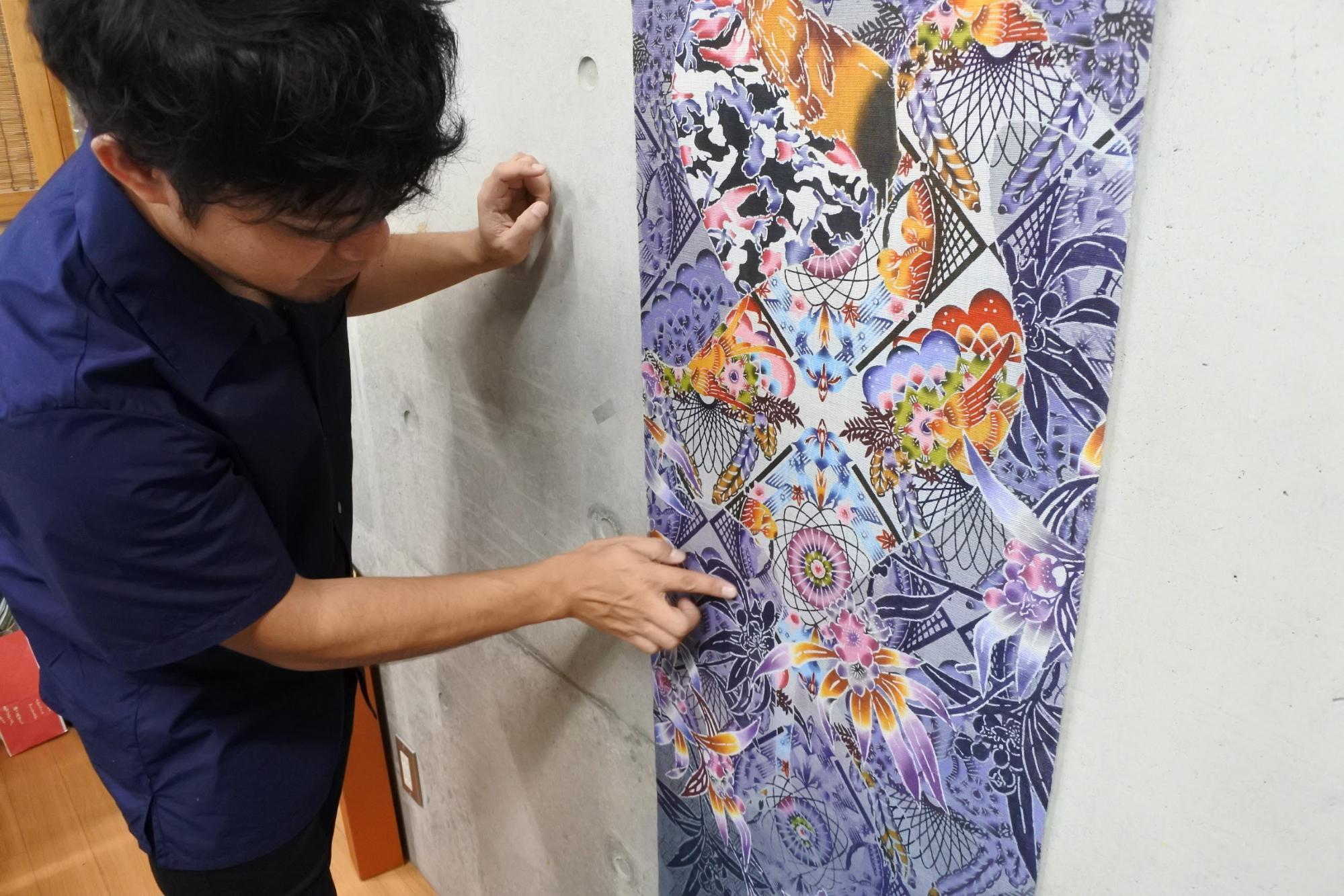 作品の説明をされる知花さん|Photo by Masaya Morita