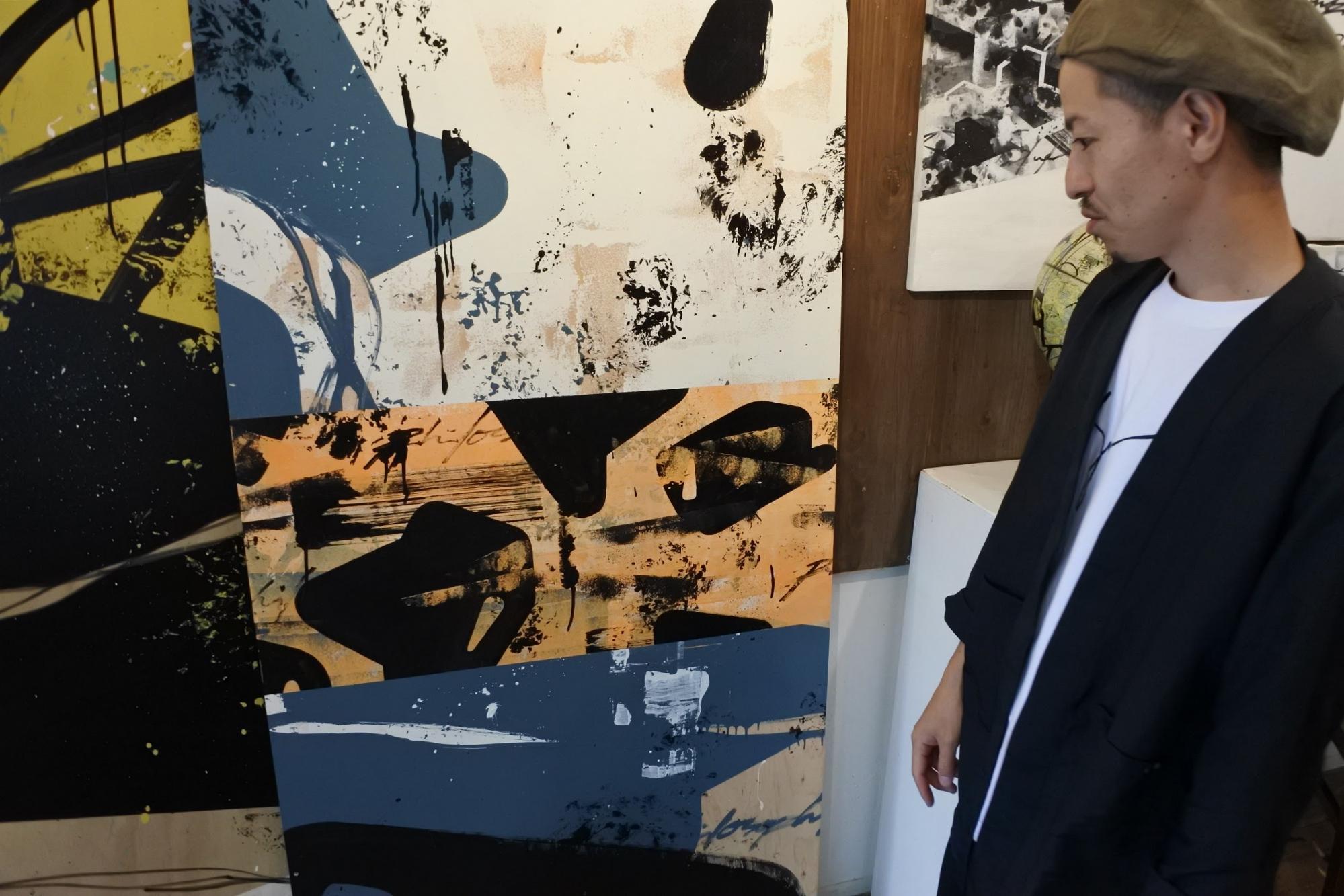 絵の説明をされるDENPAさん | Photo by Masaya Morita