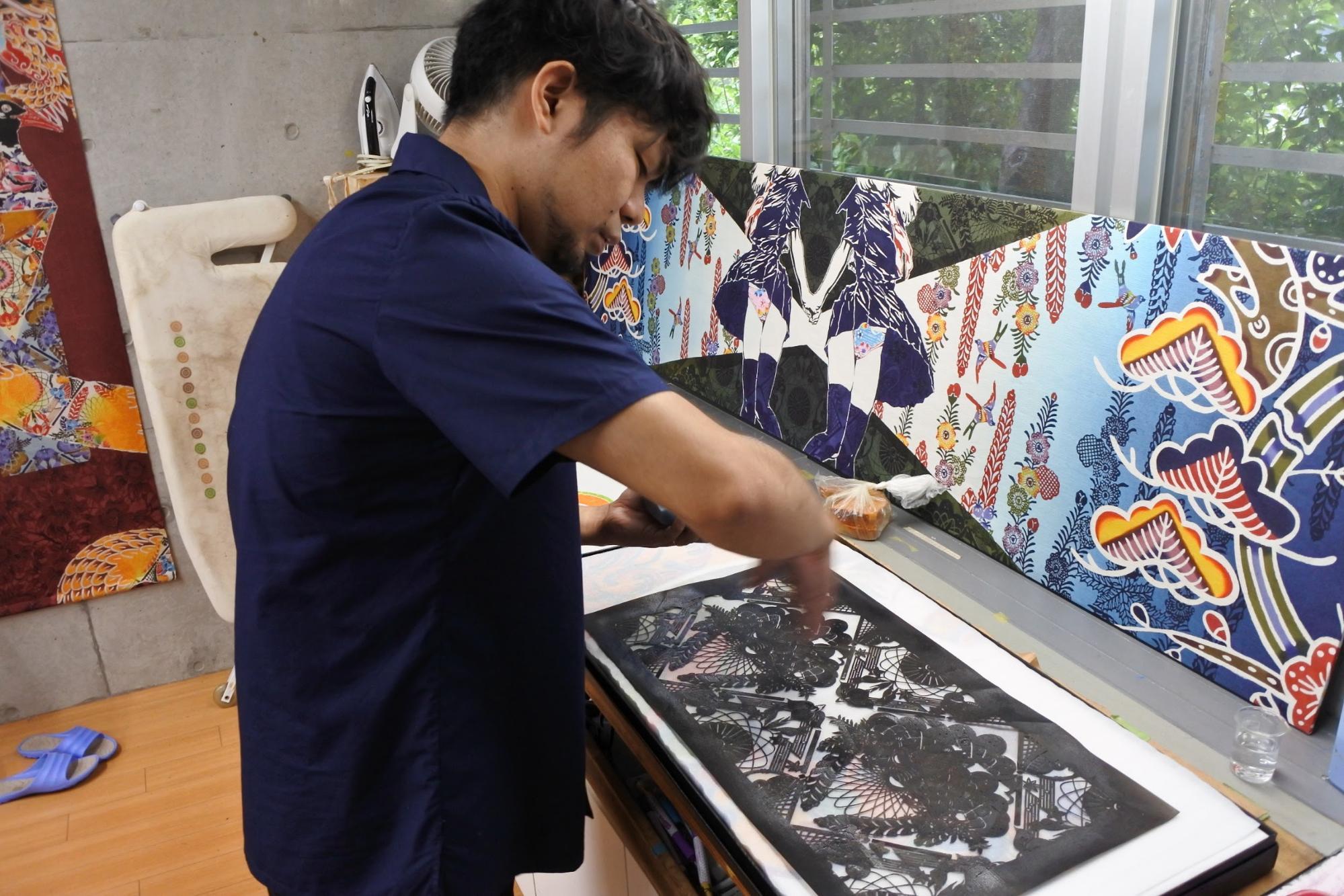 布に型紙を置く|Photo by Masaya Morita