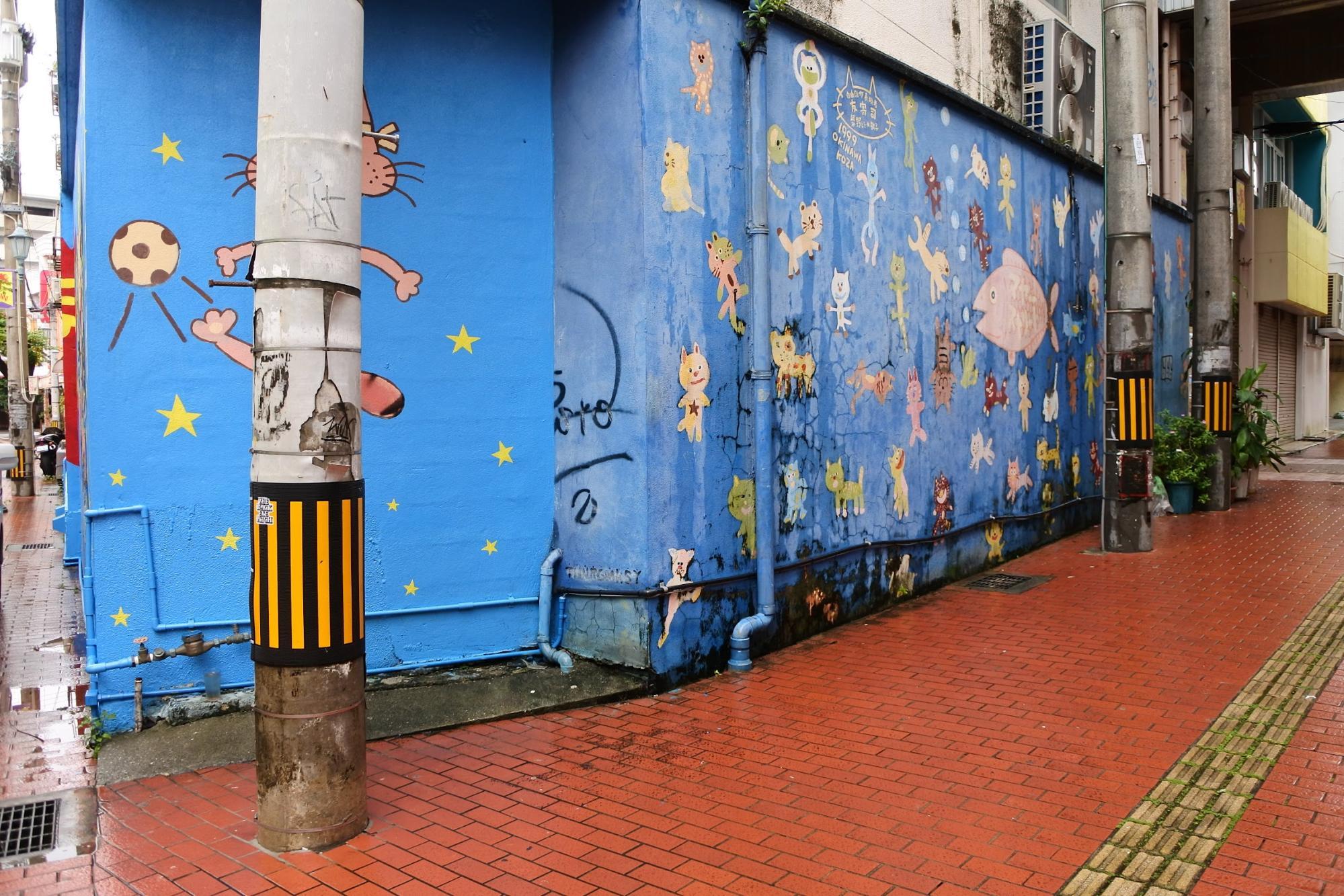 コザの街には絵が描かれていたりする(DENPAさんの作品ではありません) | Photo by Masaya Morita