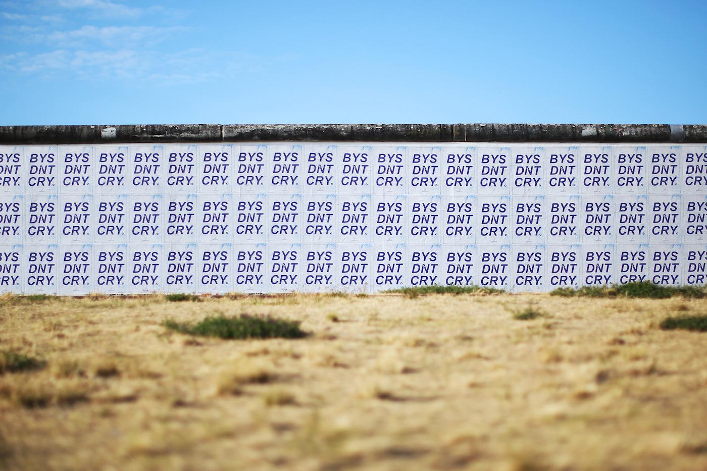 ベルリンの壁で行われたMADBUNNYのインスタレーション作品