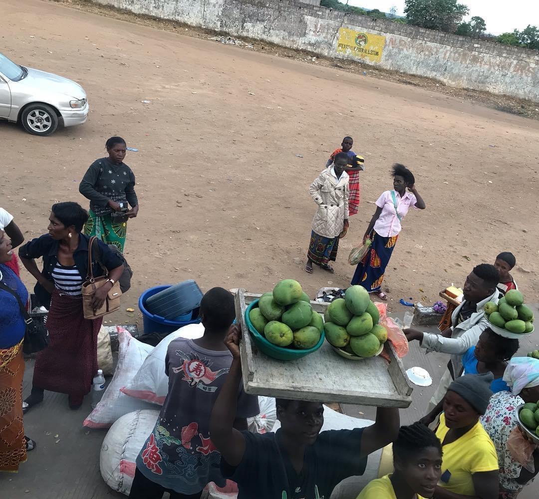 バスが止まると、マンゴーを売りに来る人たち
