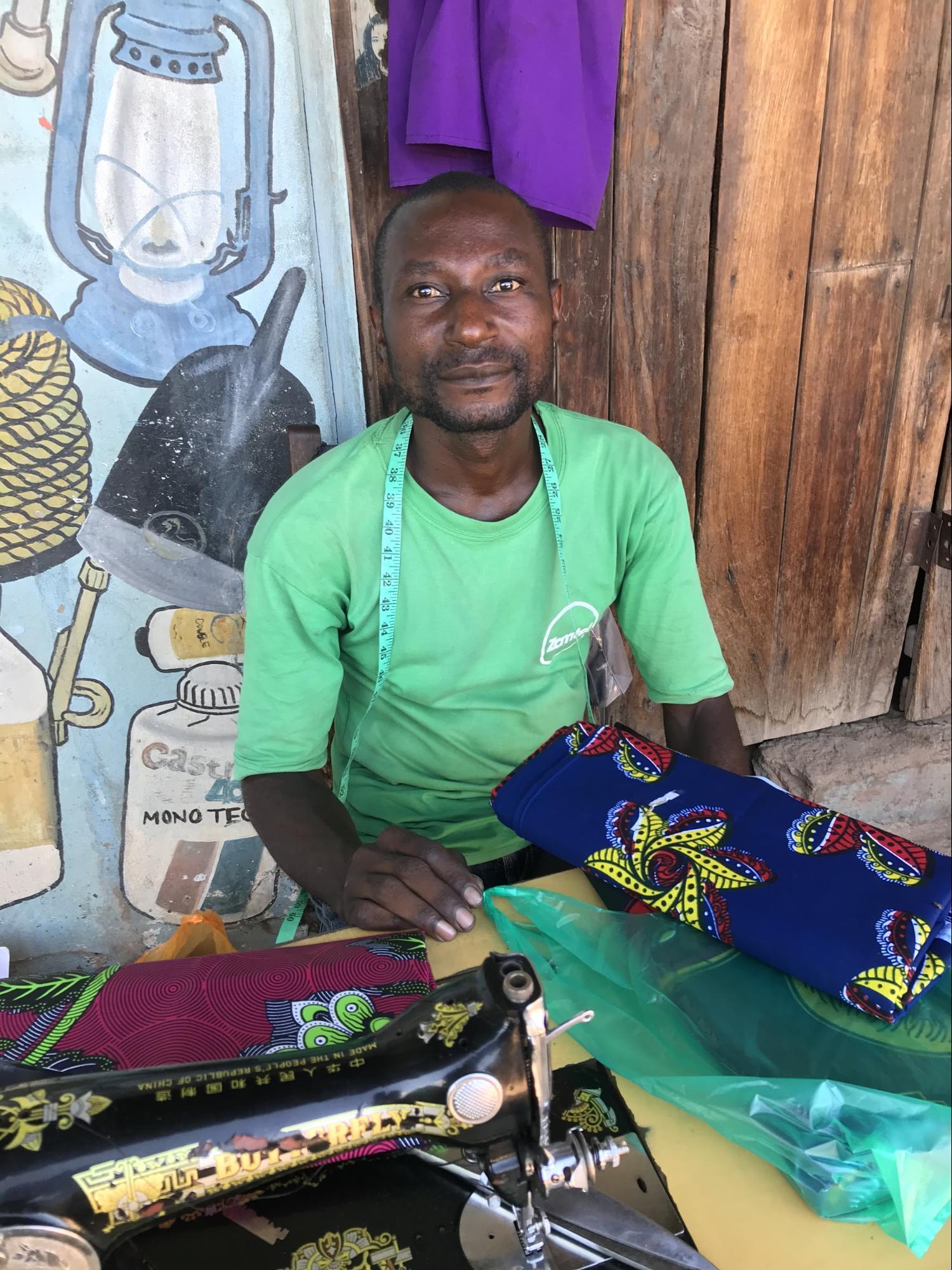青空テーラー(仕立て屋)の男性。シャツをひとつ作る費用は25クワッチャ(250円)。どうやって生活しているのか。私の勝手な心配をよそに彼の表情は明るい。