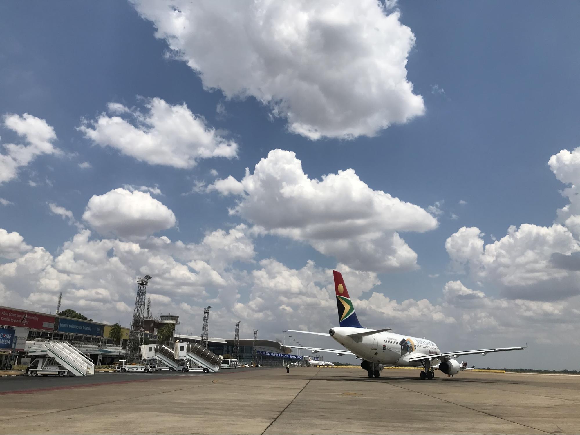 ただただ広い空港。遠くに建設中の中国資本の新しいターミナルが見える。